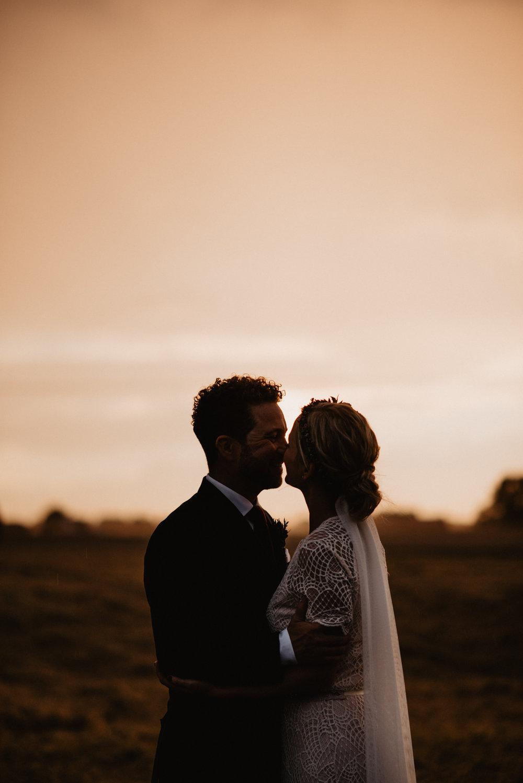 bohemiskt-bröllop-på-nygård-event-i-åstorp-bröllopsfotograf-skåne-198-golden-hour-bröllopsporträtt.jpg