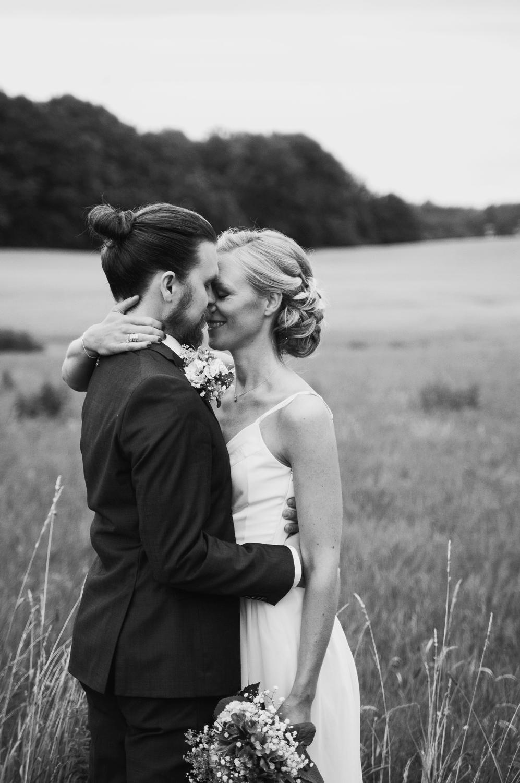 brudpar-natur-porträtt-bröllop-torup-fotograf-skåne-aase-pouline.jpg