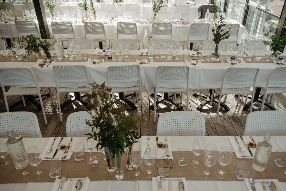 Stilren bröllopsdukning på Kostergården, Sydkoster