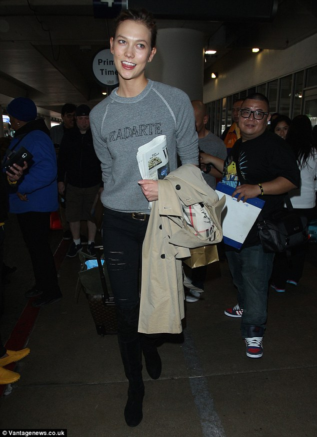2571AA7400000578-2944291-Jet_setter_Karlie_Kloss_was_spotted_flying_in_to_Los_Angeles_thr-a-25_1423357014781.jpg