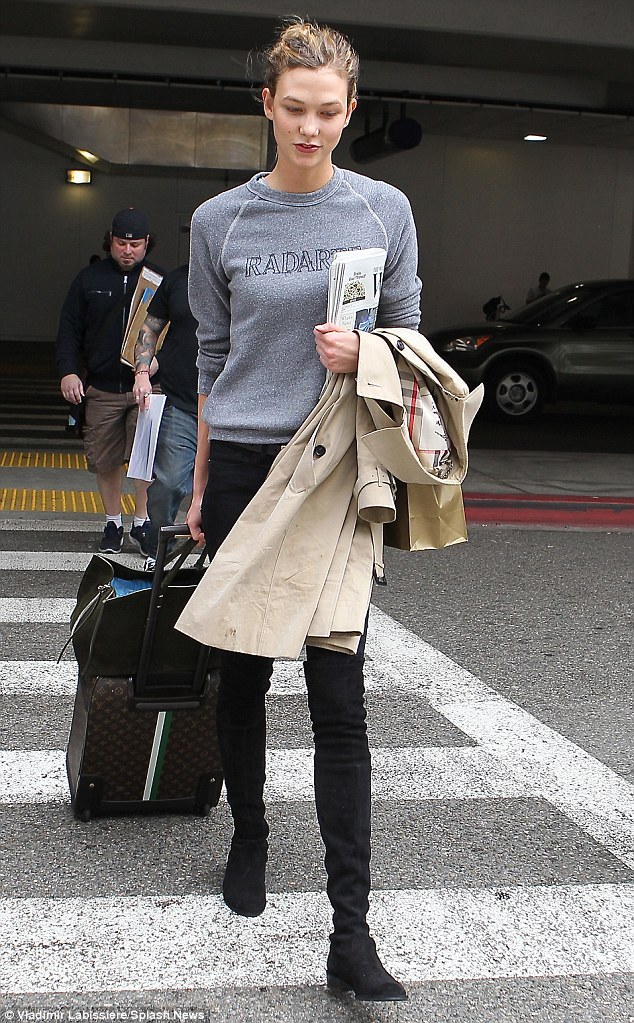 25717B9B00000578-2944291-Laid_back_Karlie_looked_casual_as_she_arrived_at_the_airport_spo-a-26_1423357014793.jpg