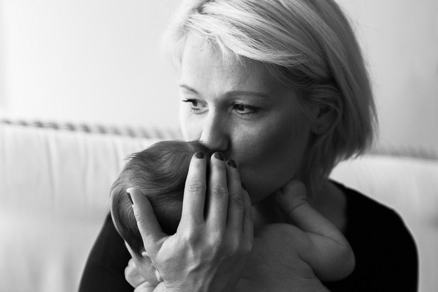 Mamá besando su bebé de 5 semanas