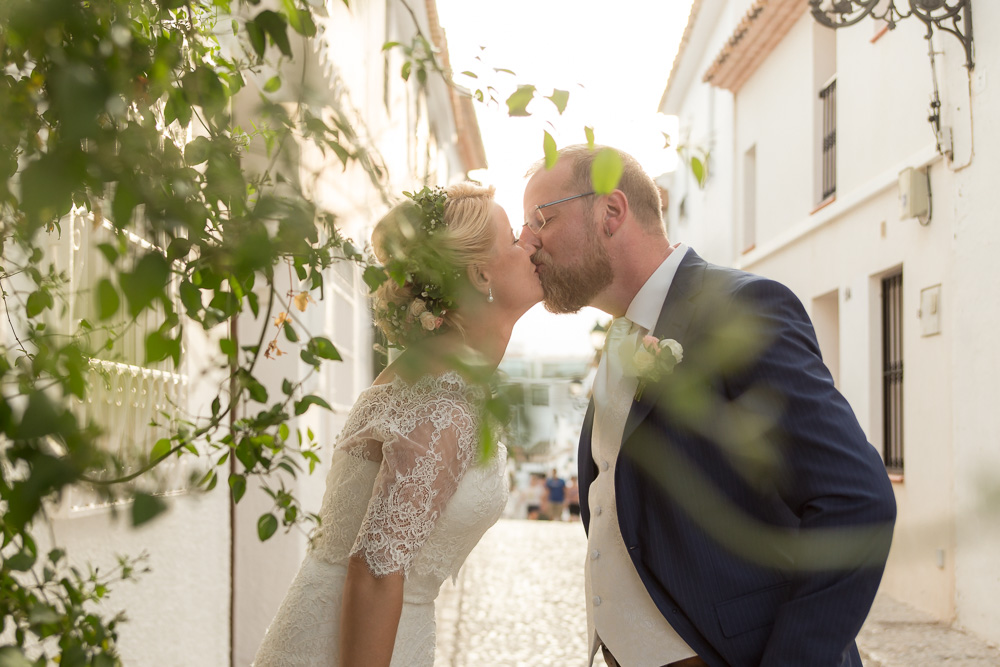 Newlyweds-Kiss-Altea-Old-Town-18-Fotografo-Nelly-del-Arbo.jpg