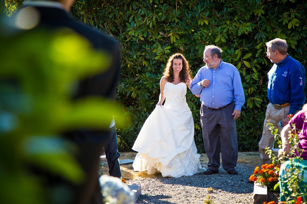 Seattle Wedding Photographer | G. Lin Photography | Bride walking down the aisle with dad