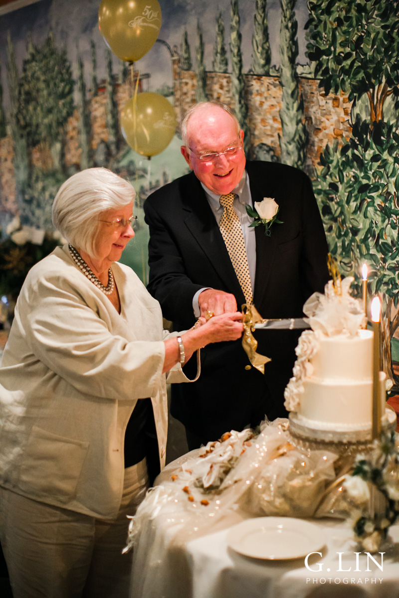 Raleigh Family Photographer | G. Lin Photography | Couple cutting the wedding cake on table