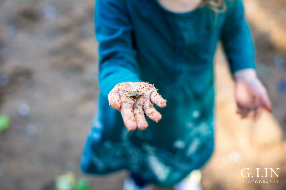 Durham Family Photographer | G. Lin Photography | Girl holding a shell in her hand