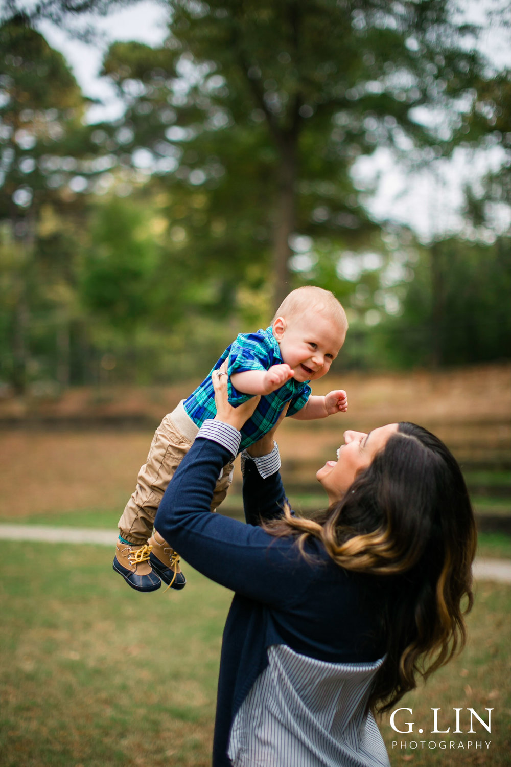 Raleigh Newborn Baby Photographer | G. Lin Photography | Mom playing with baby outside in park