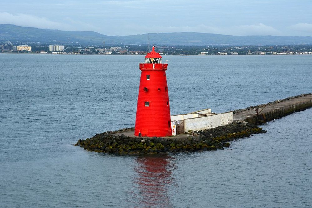 Poolbeg Lighthouse at the end of the Great South Wall (Photo: Ian Mantel, Wikimedia Commons).