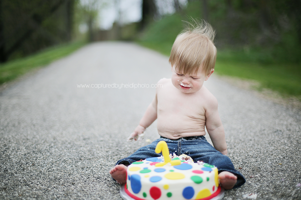 3-central-iowa-children-photographer-huxley-ames-cake-smash-session-captured-by-heidi.png