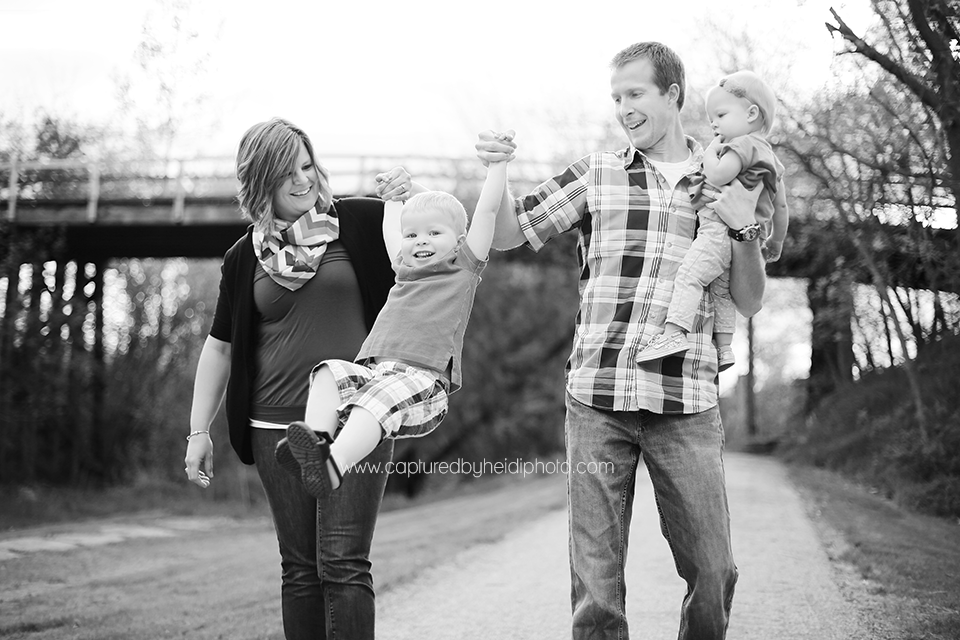2-central-iowa-family-and-children-photographer-toddlers-babies-one-year-old-huxley-iowa-desmoines.png