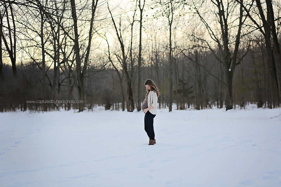 8-central-iowa-maternity-photographer-huxley-ames-ankeny-desmoines-capturedbyheidi-maternity-pictures-in-snow-forest.png