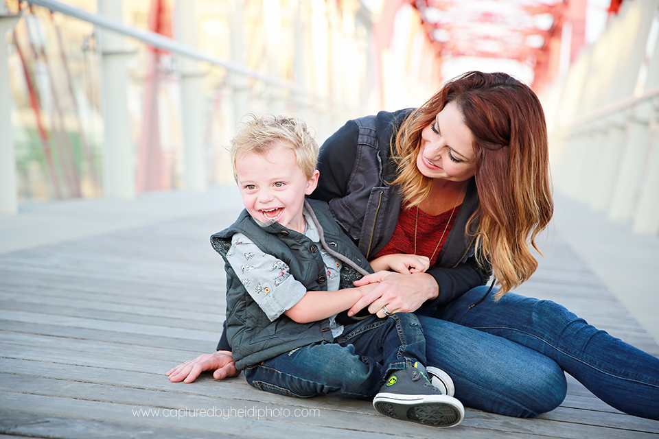 7-central-iowa-family-photographer-huxley-ames-desmoines-downtown-court-ave-nick-shandra-vanberkum-captured-by-heidi.png