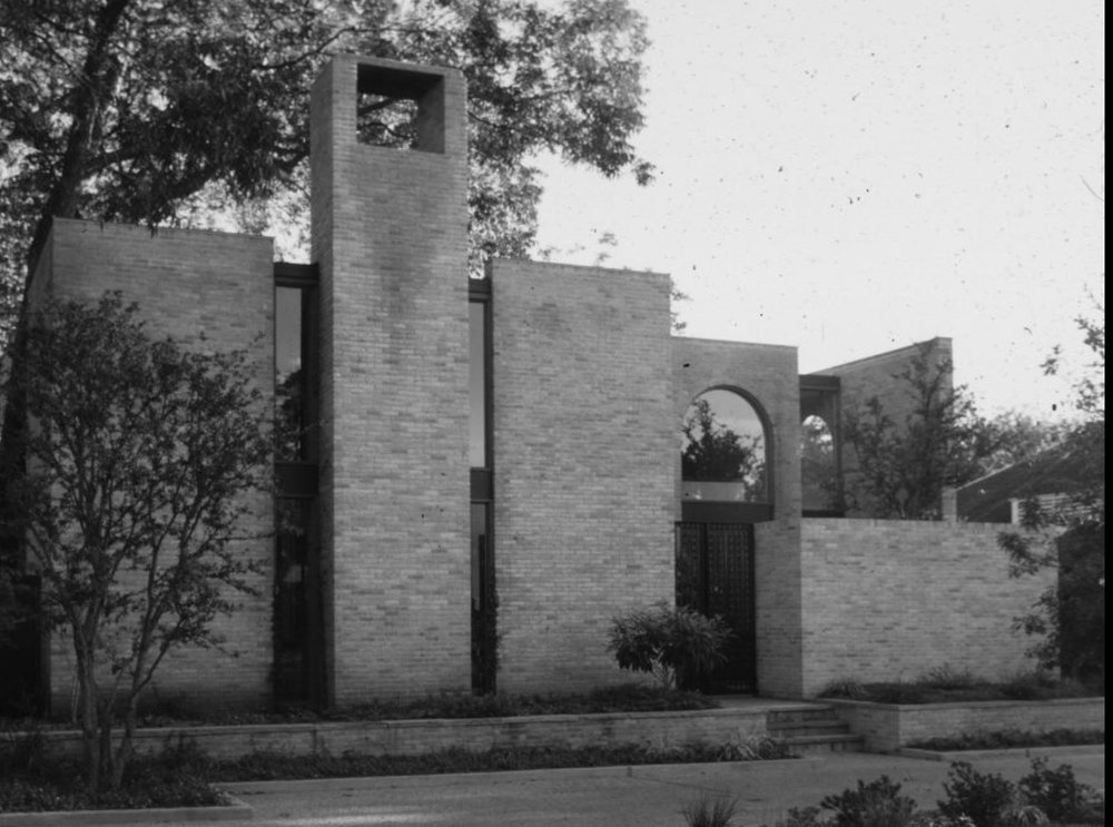 Frank Welch Residence, Highland Park, Texas - This is not the house I was looking for, but, I feel certain the house in Houston I'm remembering has to have been a Frank Welch too. I've always been drawn to these late 60s/early 70s brick constructions. They always seemed slightly mysterious & well heeled to me. I just knew there were fabulous lives going on behind those high, sharp brick walls.photo: Keith Wooten