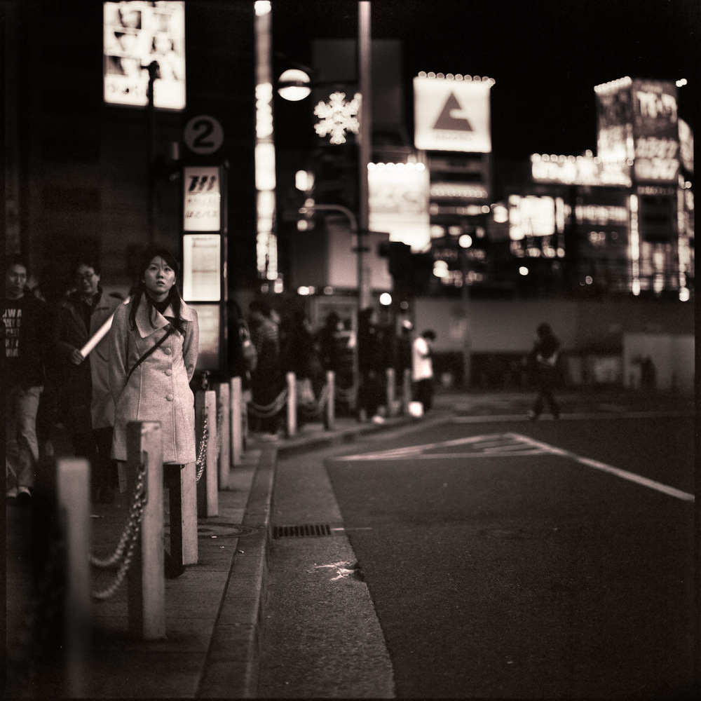 shinjuku-girl-at-bus-stop.jpg