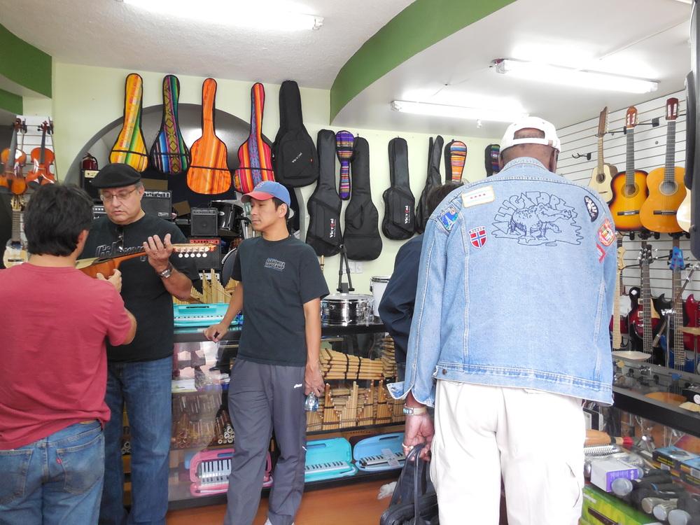 2013年 エクアドルにて  現地の楽器屋