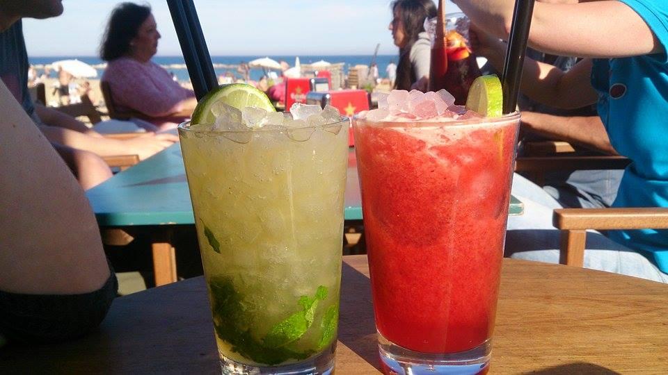 vychutnávamedrinky a chillujemev bare na pláži