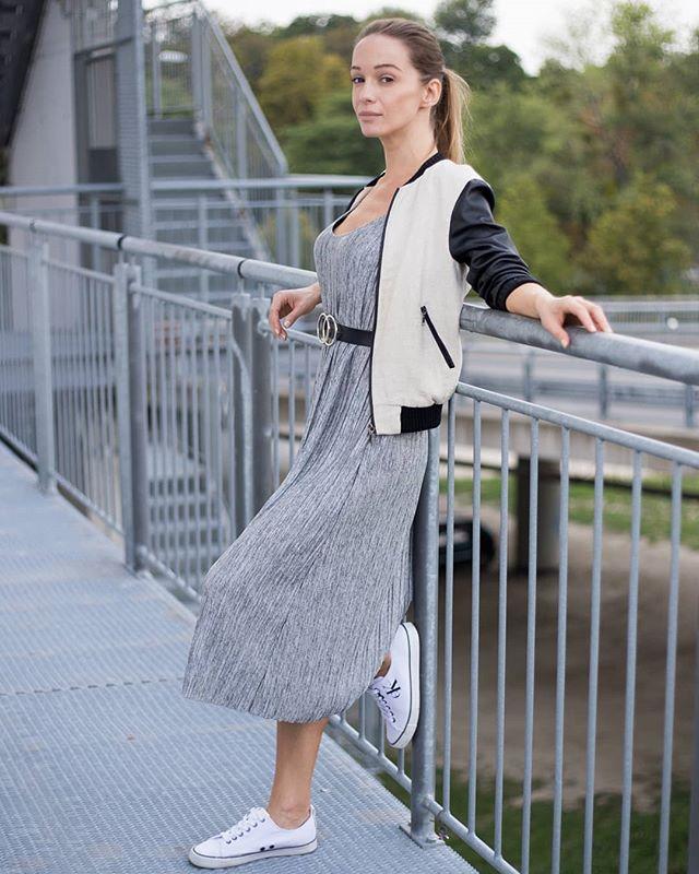 Nikdy nehovor nikdy - ako napríklad - Nikdy by som si neobliekla plisované šaty, alebo sukňu (ktorá už je tiež súčasťou môjho šatníka). 👗 . . . #ootd #wdywt #personalstyle #dnesnosim #blogerka #somfashionista #styleoftheday #styleblogger #streetstyle #fbloggers #look #trendalert #streetphotography #fashionstyle #fashiongram #outfitinspo #fashionphotography #lookoftheday