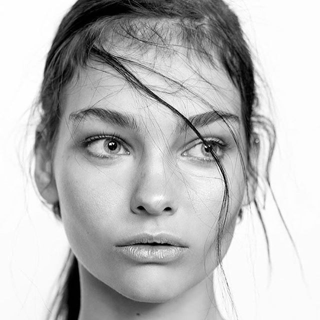 Clean skin has been like the only beauty trend anyone can speak of, the more raw and natural the better. Combed #eyebrows paired with whispy strands of #hair ultimately capture the current youth. There is something so #fresh about a freckly skin and an uncontoured cheekbone 🖤 #bw #kellifuchsmakeup #makeup #makeupartist #makeupbyme #blackandwhite #beauty #beautyeditorial #editorial #AFFeditorial #picoftheday #portraitphotography #hair #hairofinstagram #macprosa #model #hairgoals #undiscovered_muas #makeupandhair #makeuptutorial #makeuponfleek #makeuponpoint