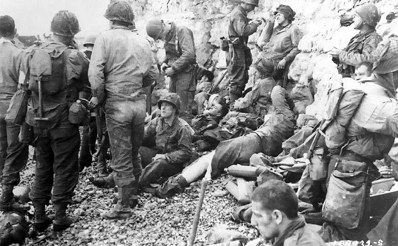 800px-American_assault_troops_at_Omaha_Beach_02.jpg