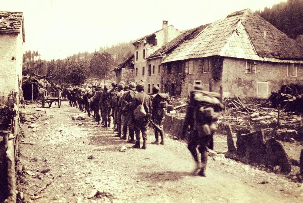 Fanteria italiana in marcia all'uscita della Val Magnaboschi, verso Cesuna (fonte: ASDM)