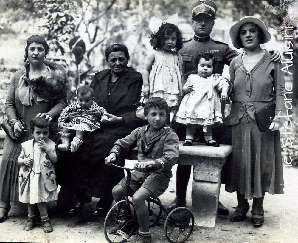 Ufficiale italiano con i familiari - immagine ritratta in luogo e data imprecisati (nota 1915-18)