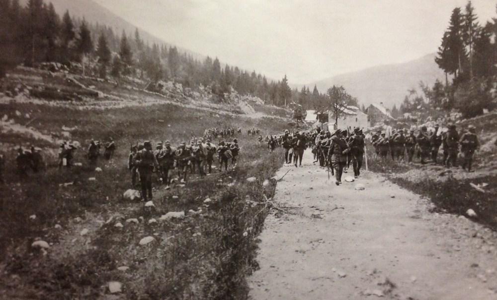 Fanteria italiana in marcia supera Casera Magnaboschi e si dirige verso Cesuna (1916)
