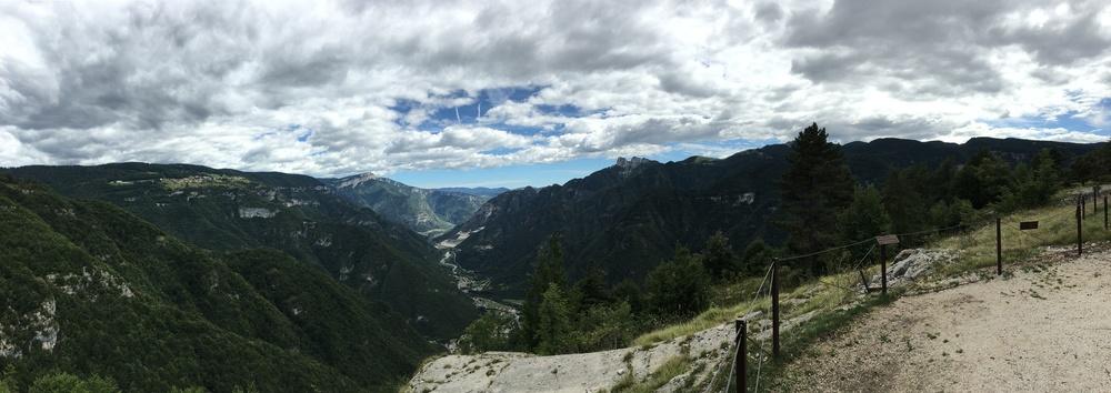 Il fronte in Val d'Astico (1915-18) ripreso dal forte A.U. Belvedere (foto di Andrea Aluisini, agosto 2016)