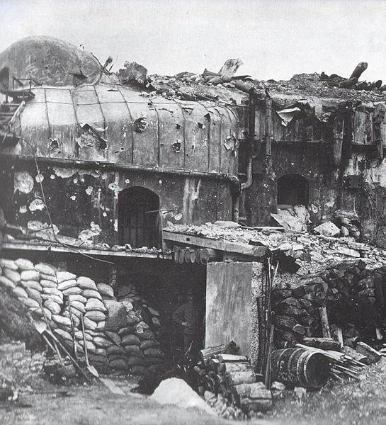 La struttura colpita dai bombardamenti italiani