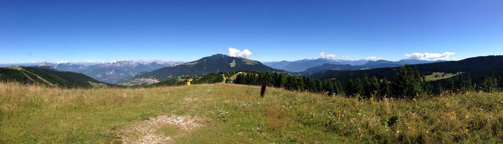 Panoramica NW – NE dal Sommo Alto. Da sinistra (in basso) Folgaria, sullo sfondo le Dolomiti del Brenta, al centro il Monte Cornetto, dietro il Becco di Filadonna (nascosto dalla nuvola) in basso il dorso in cemento del Forte Sommo Alto, a destra l'Altopiano di Lavarone, la zona di Passo Vezzena con lo Spitz Verle e sul bordo destro, l'orlo nord orientale dell'Altopiano di Asiago