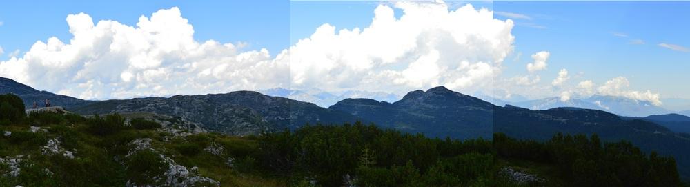 La prima linea italiana vista dal Monte Chiesa: a destra in basso la Madonnina del Lozze, al centro Cima Caldiera e il vicino Campanaro, più a sinistra la quota 2105 dell'Ortigara con la colonna mozza.