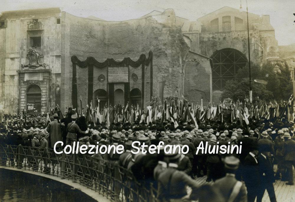 Folla per il Milite Ignoto davanti all'antica Basilica di Santa Maria degli Angeli delle Terme di Diocleziano