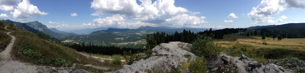 panorama dal tetto di Forte Cherle verso gli Altopiani di Folgaria, Lavarone e Fiorentini