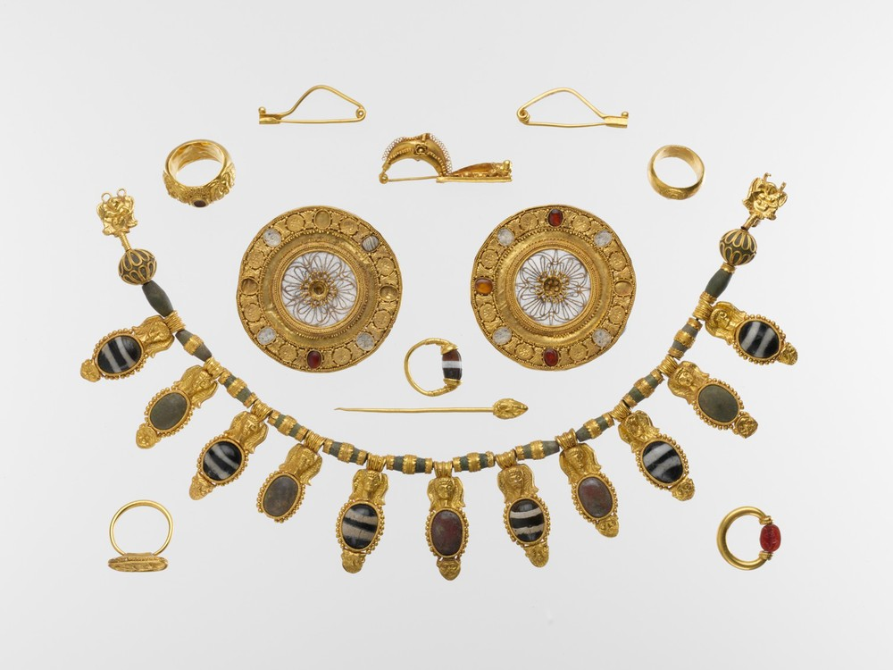 Set of Etruscan Jewelry, c. 5th century BC. Gold, glass, rock crystal, agate and carnelian. Metropolitan Museum of Art, New York.