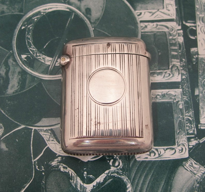 Art Deco matchbox in sterling silver. Birmingham marks c. 1920s.