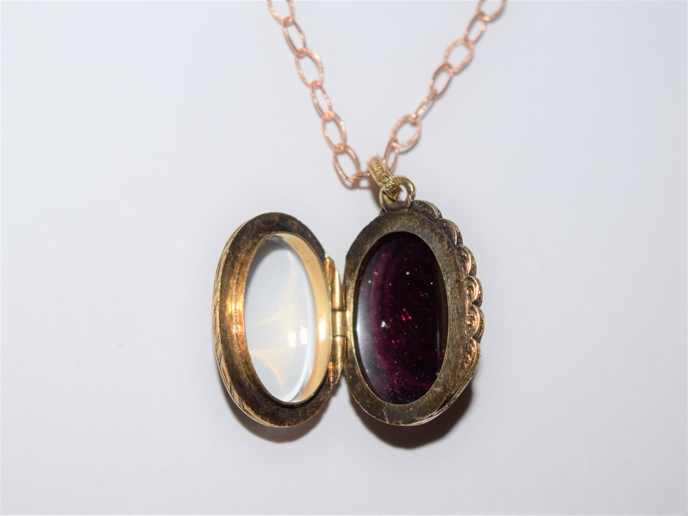 French 18K gold Georgian locket with carved Garnet and scalloped edge of rose cut diamonds, c.1800. Rock crystal locket backing.