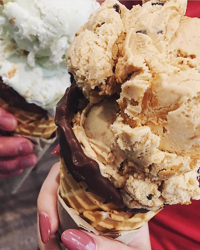 Key lime pie & honey roasted peanut butter in chocolate dipped waffle cones for the win! 📷@mykatems