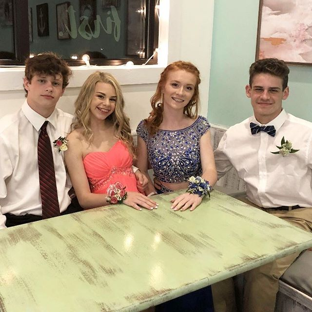@islandicecream is the perfect place for all your formal photo shoots! ✨✨✨ @bethanycaitlynn @synclairee____
