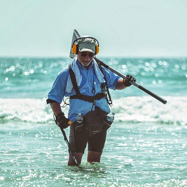 I do not know this man, but I commend his commitment to the hunt. Carry on, Hunter of Sea Treasures. #sanclementebeach #metaldetecting #treasurehunter #socalbeach #fujifilm_xseries #fujixseries #fujifilmusa #idliketobeaxtographeroneday