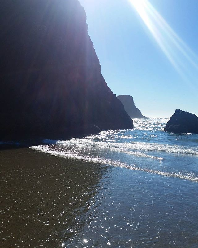 The Oregon coast is my happy place. . . . #livingwithlocks #blogging #travelblogging #travel #photography #nature #coast #beach #happy #naturephotography #naturalbeauty #natureza #beautiful #wanderlust #water #sky #sunshine #rocks #ocean #sunny #sand #discover #oregon #pnw #oregonnw #pacificnorthwest #weekends #discoverpnw #explore #explorepnw