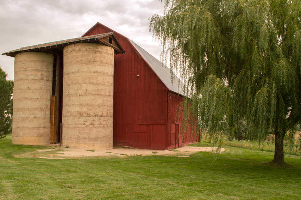 Neighborhood Barn, Fort Collins, CO    Nikon D3200 • Nikon 18-200mm lens • 20mm • F/20 • 1/10s • ISO 100
