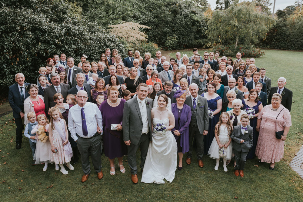 How many guests are invited to a U.K wedding on average