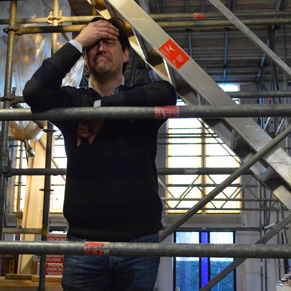 Pieter tussen de steigers in de Rôtisserie in januari '16