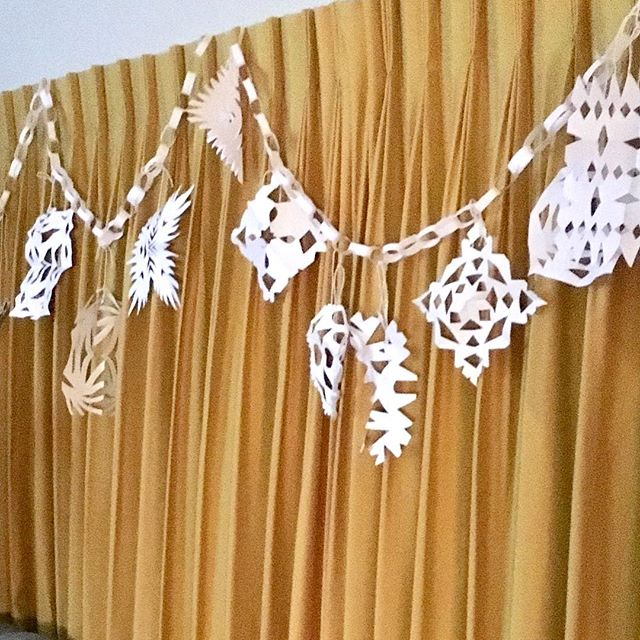 Family activity #snowflakes #keepingitreal #diychristmas 😀xx