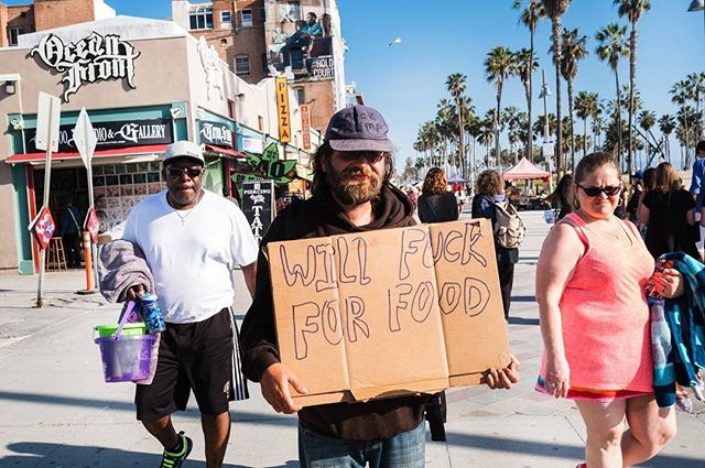 Feed him 2017.  ENQUIRE FOR PRINTS - INFO PER STAMPA #venicebeach #printsforsale #notonlywedding #iamnotaweddingphotographer #usa #edoardomorina #losangeles  #love #picoftheday #fujifilm #xpro #streetphotography #photooftheday #travelphotography #ourstreets