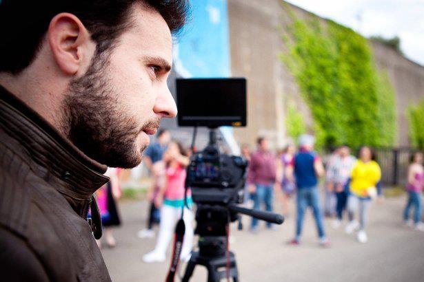 Daniele Di Mauro  Video-maker, video editor.    Cosa mi piace: Il cinema, i Pink Floyd e la parmigiana.       Cosa non mi piace: Maria de Filippi, la logorrea, le code in posta e in banca.