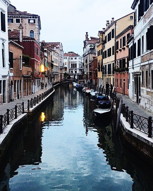 After almost missing a transfer at Milan from Cinque Terre (notorious Trenitalia delays 🚂), we finally made it to Venice. Been here a couple times already but never got a chance to stay overnight and explore at dusk 🌝 I love the quieter alleyways and canals at night, it makes me feel like the place is my little secret 💛