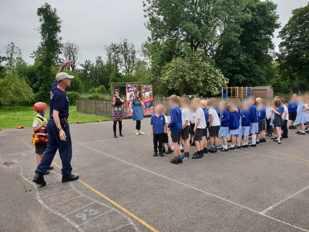 Operations Manager Craig demonstrates some throwline techniques to the Longparish Primary School pupils