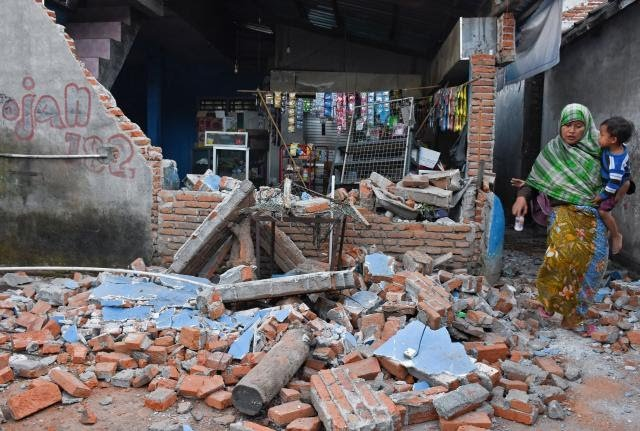 Aftermath of the 6.9M earthquake on Lombok, Indonesia. Photo by Reuters.