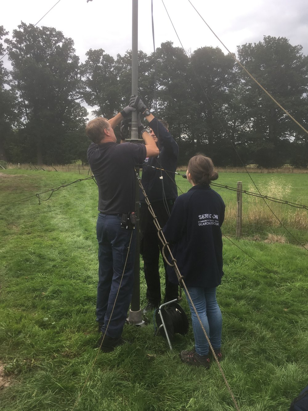 Serve On @RescueRookies Ethan and Jazz setting up the @SERVE_ON Operations Room communications mast with Operations manager Craig ready for the @GlowintheparkUK event @Longleat in aid of @AlabareUK.
