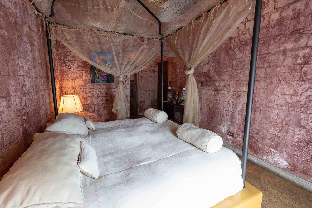 MASTER SUITE 1 - La Master Suite 1 en la Villa cuenta con una cama de matrimonial con cuarto de baño, una terraza, magníficas vistas del lago y los volcanes. Situado en el primer nivel.Además, los huéspedes tienen acceso directo a áreas al aire libre con un gran jardín privado, piscina de agua salada12 x 6 m, zona de comedor al aire libre, salas de estar y camas de asoleo. Tiene acceso a Casa Prana Bienestar.Tarifa en Dólares: 356$ - 608$ por noche incl. impuestos